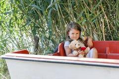 Она держит ее любимую игрушку в ее руке Стоковое Фото
