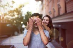 Она закрывает ее глаза для парня делая сюрприз Стоковое фото RF