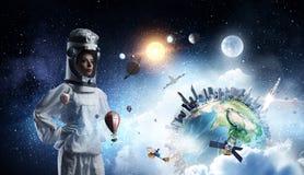 Она мечтает для того чтобы исследовать космос Мультимедиа стоковая фотография rf