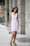 Она носит белое платье Стоковые Фото