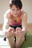 она пальцы ноги касатьясь детенышам женщины Стоковые Фото
