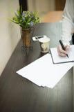 она пишет ручку на пусковой площадке Стоковое Изображение