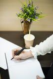 она пишет ручку на пусковой площадке Стоковые Фото