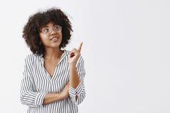 Она получила отличные идеи полезный для вашей команды Портрет заинтригованной умной и стильной женщины в striped блузке и стеклах стоковые фотографии rf