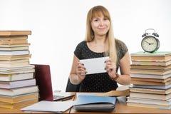Она подготовила конверт с учителями взяткой для успешно завершать экзамен стоковые изображения