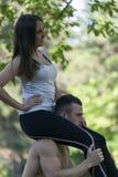 Она сидит на его плечах Стоковое Изображение