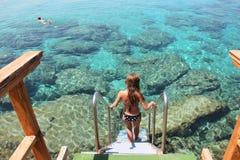 Она спускает в чистую воду Средиземного моря стоковое фото