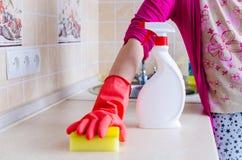 Она убирает дом Стоковая Фотография RF