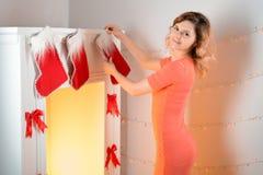 Она украшает камин рождества Стоковые Фото