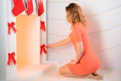 Она украшает камин рождества Стоковое фото RF