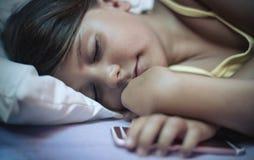 Она упала уснувший с мультфильмом стоковое изображение rf
