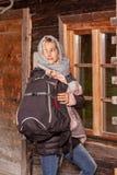 Она участвует в гонке с похода на хижине стоковое фото