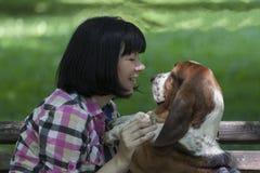 Она любит собак Женщина при собака наслаждаясь красивым днем в n стоковое фото rf