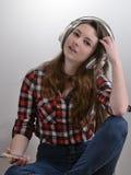 Она любит слушать к музыке Стоковые Изображения RF