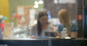 Они имеют славное время в кафе пока оно идет дождь видеоматериал