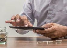 Онлайн-банкинги и интернет креня передвижная концепция банка Стоковые Изображения RF