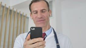 Онлайн видео-чат доктором используя смартфон видеоматериал