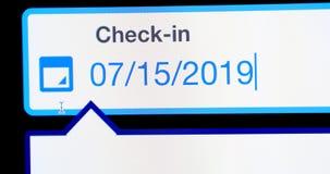 Онлайн гостиница проверяет внутри экран компьютера стоковая фотография