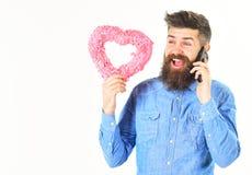 Онлайн датировка Flirt, датируя влюбленность счастливой концепцией эмоций стоковая фотография
