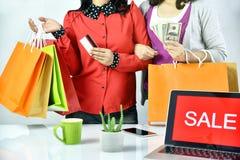 Онлайн заказ покупок, женщины Shopaholic друзья держа наличные деньги денег и кредитную карточку, знак знамени продвижения продаж Стоковое Изображение RF
