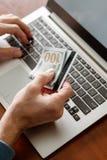 Онлайн играя в азартные игры держа пари виртуальное везение выигрыша казино стоковое изображение