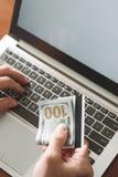 Онлайн играя в азартные игры держа пари виртуальное везение выигрыша казино стоковое фото rf