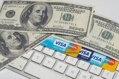 Онлайн коммерция, Ecommerce, кредит и кредитные карточки с долларами и клавиатурой стоковое изображение rf