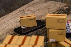 Онлайн концепция покупок, коробки упаковки товары малые и phon клетки Стоковые Изображения