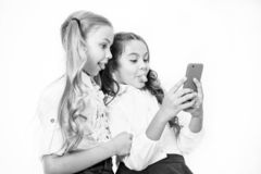 Онлайн концепция развлечений Сети social проверки smartphone пользы школьниц Пошлите другу сообщения Онлайн стоковое изображение rf
