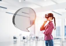 Онлайн концепция связи и соединения представленная пустым значком болтовни Мультимедиа стоковое изображение