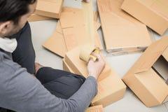 Онлайн коробки упаковки владельца бизнеса, который нужно послать к клиенту Стоковое Изображение