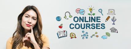 Онлайн курсы с молодой женщиной стоковые изображения rf