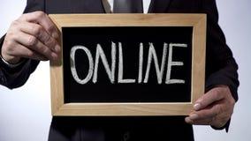 Онлайн написанное на классн классном, бизнесмене держа знак, соединение, дело Стоковые Фото