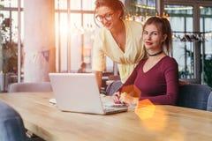 Онлайн образование, маркетинг, электронная коммерция На компьтер-книжке таблицы, smartphones В предпосылке окно в мягком фокусе Стоковое фото RF