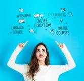 Онлайн образование при молодая женщина смотря вверх стоковое фото rf