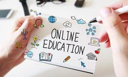 Онлайн образование с укомплектовывает личным составом руки и тетрадь стоковая фотография rf