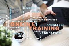 Онлайн обучение на виртуальном экране записывает старую принципиальной схемы изолированная образованием Облако слов стоковое изображение