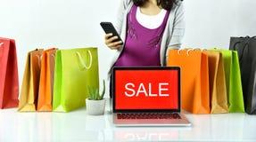 Онлайн покупки, женщина Shopaholic с знаком на портативном компьютере, E-делом продвижения продажи Стоковое Изображение