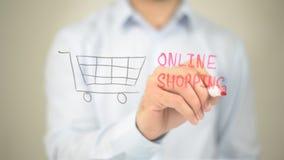 Онлайн покупки, сочинительство человека на прозрачном экране стоковые изображения