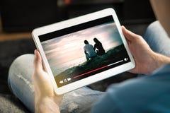 Онлайн поток кино с мобильным устройством стоковая фотография