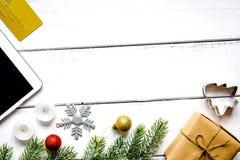 Онлайн рождество покупок с верхней частью VI предпосылки e-таблетки деревянной стоковые фото