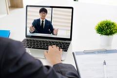 Онлайн собеседование для приема на работу Онлайн конференция дело он-лайн Стоковая Фотография RF