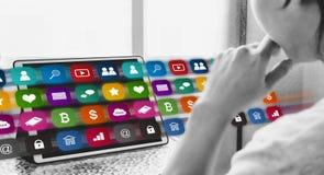 Онлайн средства массовой информации и технология применения на цифровой таблетке человек используя онлайн применение средств масс стоковые изображения
