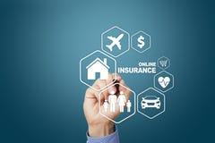 Онлайн страхование на виртуальном экране Жизнь, автомобиль, свойство, здоровье и семья Интернет и концепция цифровой технологии стоковое фото rf