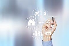 Онлайн страхование на виртуальном экране Жизнь, автомобиль, свойство, здоровье и семья Интернет и концепция цифровой технологии стоковое изображение rf