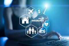 Онлайн страхование на виртуальном экране Жизнь, автомобиль, свойство, здоровье и семья Интернет и концепция цифровой технологии стоковое фото
