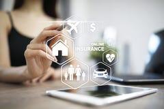 Онлайн страхование на виртуальном экране Жизнь, автомобиль, свойство, здоровье и семья Интернет и концепция цифровой технологии стоковые изображения rf