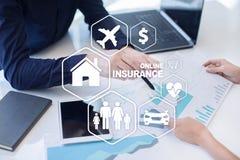 Онлайн страхование на виртуальном экране Жизнь, автомобиль, свойство, здоровье и семья Интернет и концепция цифровой технологии стоковое изображение