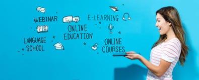 Онлайн тема образования с женщиной используя планшет стоковое изображение