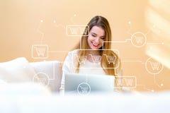 Онлайн тема покупок при молодая женщина используя ее компьтер-книжку стоковое изображение rf